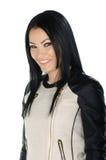 Morenita hermosa que presenta y que muestra su capa de cuero Imagen de archivo libre de regalías