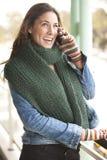 Morenita hermosa vestida con el invierno caliente Fotografía de archivo