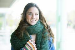 Morenita hermosa vestida con el invierno caliente Foto de archivo libre de regalías