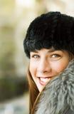 Morenita hermosa vestida con el invierno caliente Imágenes de archivo libres de regalías