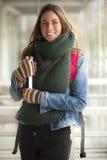 Morenita hermosa vestida con el invierno caliente Imagen de archivo libre de regalías