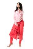 Morenita joven atractiva en traje rojo imagen de archivo