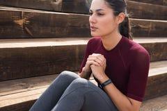 Morenita joven atractiva que hace ejercicio abdominal Fotos de archivo libres de regalías