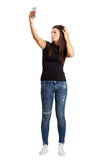 Morenita joven atractiva que toma el selfie del alto ángulo con su teléfono elegante Fotografía de archivo libre de regalías