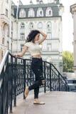 Morenita joven con el pelo rizado Foto de archivo