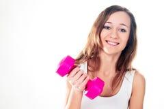 Morenita joven con las pesas de gimnasia aisladas en blanco Imagen de archivo libre de regalías