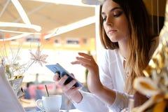 Morenita joven con un smartphone Imagenes de archivo