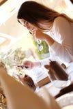 Morenita joven con un smartphone Imagen de archivo libre de regalías