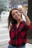 Morenita joven con un teléfono elegante Fotografía de archivo