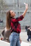 Morenita joven con un teléfono elegante Imágenes de archivo libres de regalías
