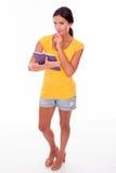 Morenita joven de pensamiento con una PC de la tableta Imagen de archivo