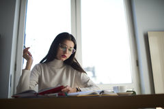 Morenita joven dedicada a universidad Fotografía de archivo libre de regalías