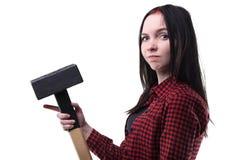 Morenita joven desconcertada con el martillo grande Imagenes de archivo