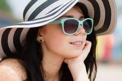 Morenita joven en gafas de sol de la turquesa Imagenes de archivo