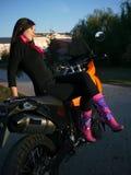 Morenita joven hermosa en el fondo de una motocicleta en th Imagen de archivo libre de regalías