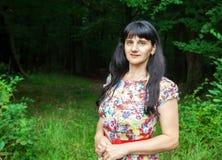 Morenita joven hermosa en un bosque Foto de archivo libre de regalías