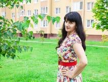 Morenita joven hermosa en un parque Imagen de archivo libre de regalías
