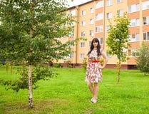 Morenita joven hermosa en un parque Imagenes de archivo