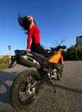Morenita joven hermosa en una motocicleta imagen de archivo libre de regalías
