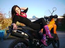 Morenita joven hermosa en una motocicleta Imágenes de archivo libres de regalías