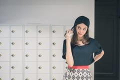 Morenita joven hermosa que presenta en una oficina Fotos de archivo