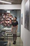 Morenita joven hermosa que presenta en una oficina Imágenes de archivo libres de regalías