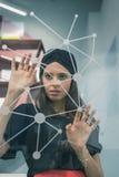 Morenita joven hermosa que trabaja en una pantalla virtual Imágenes de archivo libres de regalías