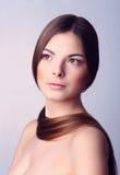 Morenita joven muy atractiva con el pelo largo Fotos de archivo