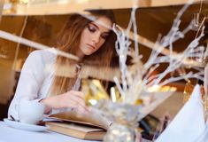 Morenita joven que lee un libro Imágenes de archivo libres de regalías