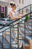 Morenita linda joven que presenta en la calle imagen de archivo