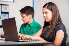 Morenita linda usando un ordenador portátil Fotografía de archivo libre de regalías