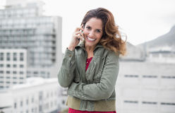 Morenita magnífica alegre en la llamada telefónica de la moda del invierno Fotos de archivo libres de regalías