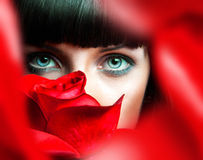 Morenita preciosa detrás de la rosa del rojo Fotos de archivo