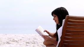 Morenita que lee un libro metrajes