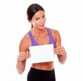 Morenita que pone mala cara sana con el letrero en blanco Imagen de archivo