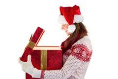 Morenita sonriente en la ropa caliente que abre un regalo Imágenes de archivo libres de regalías