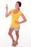 Morenita sonriente feliz que gesticula el signo de la paz Fotografía de archivo libre de regalías