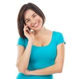 Morenita sonriente joven que habla en el teléfono Foto de archivo libre de regalías