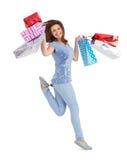 Morenita sonriente que salta mientras que sostiene los panieres Fotos de archivo libres de regalías