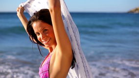 Morenita sonriente que sostiene sarong almacen de video