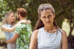 Morenita trastornada en ver al novio con la otra muchacha Imagen de archivo
