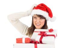Moreno lindo rasguñando los regalos principales y que se sostienen Imagen de archivo libre de regalías