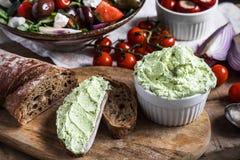 Moretum罗马pesto用希腊沙拉、西红柿、葱和开胃小菜在木台式视图 免版税库存图片
