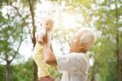 Morförälder och barnbarn utomhus Royaltyfria Bilder