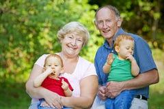 morföräldrar fotografering för bildbyråer