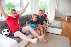 Morföräldrar, deras son och sonsonen spelar dataspelen Royaltyfria Foton