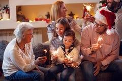 Morföräldrar med barn som firar nytt år Arkivfoto