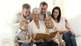 Morföräldrar med den hemmastadda familjen lager videofilmer
