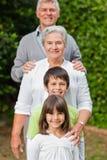 Morföräldrar med deras barn Fotografering för Bildbyråer