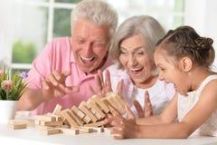 Morföräldrar med sondottern som tillsammans spelar Royaltyfria Bilder